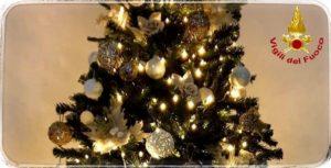 """Albero di Natale, i Vigili del Fuoco lanciano l'allarme: """"Spegnete sempre le lucine di notte e prima di uscire"""""""