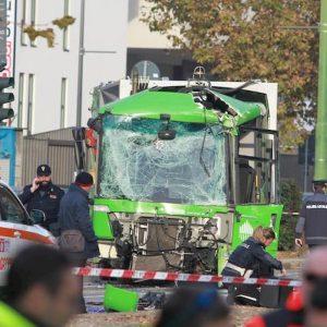 """Milano, scontro filobus Atm-camion Amsa, il legale del conducente: """"Distratto da un mancamento"""""""