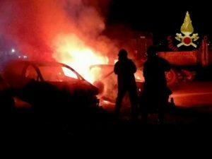 Maniago, l'auto va a fuoco: il conducente la abbandona in strada e scompare