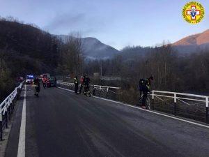 Piane di Carniglia, auto sbanda sul ponte e finisce nel fiume Taro: morto il conducente