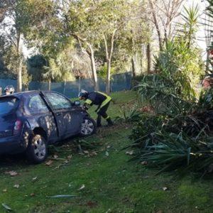Ostia, sbanda e si schianta in un giardino: morto 44enne