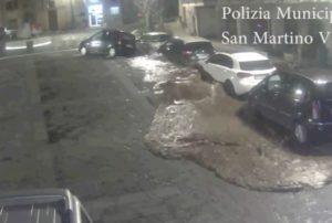 San Martino Valle Caudina (Avellino), il torrente tombato solleva la piazza VIDEO