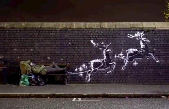 Babbo Natale-clochard sulla panchina trasformata in slitta: l'ultima opera di Banksy a Birmingham VIDEO