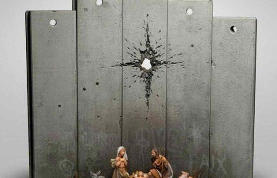 Banksy, il presepe di guerra: l'ultima opera a Betlemme, al posto della cometa un foro di mortaio