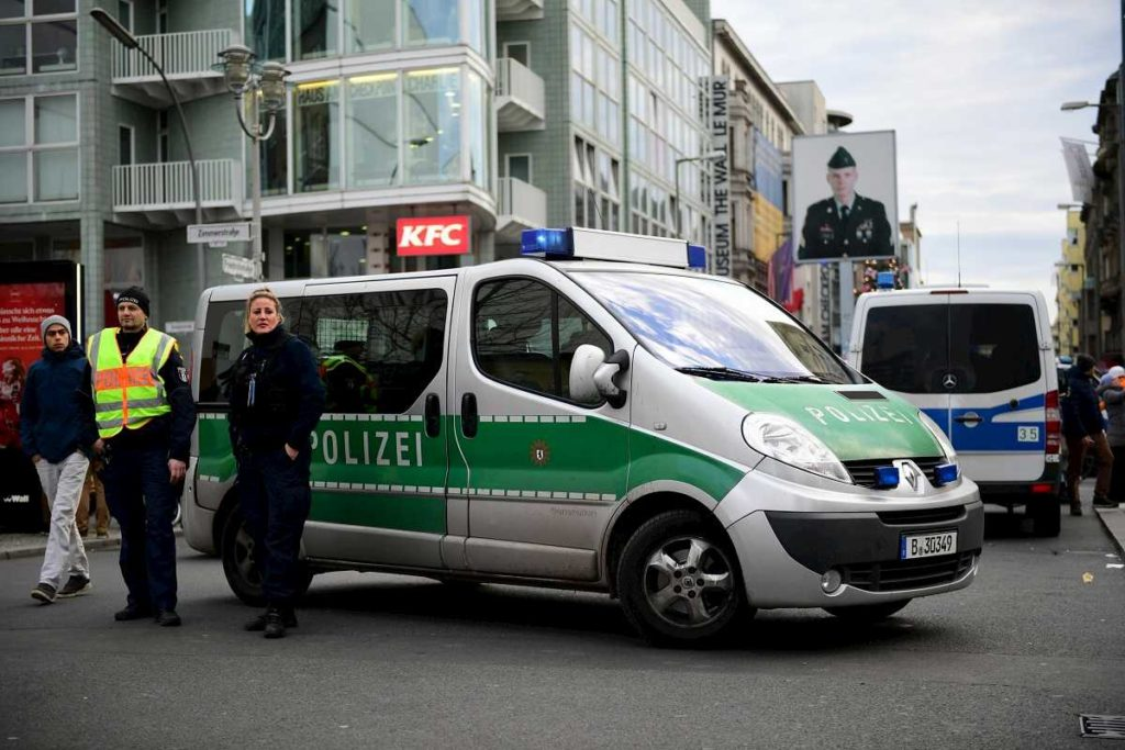 berlino spari polizia starbucks