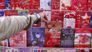 """Londra, bimba compra biglietto d'auguri per Natale e trova messaggio di detenuti dalla Cina: """"Aiutaci"""""""