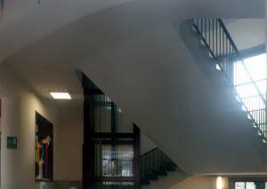Milano, bimbo morto a scuola dopo caduta nella tromba delle scale: indagate 2 maestre e una bidella