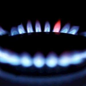 Bollette luce in forte ribasso del 5,4%, il gas in rialzo +0,8%. Risparmio per famiglia di 125 euro