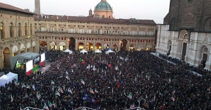 Bonaccini, in 10mila in piazza per il candidato: appello a M5s e Sardine presenti