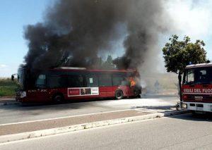 Roma, bus a fuoco al Torrino: terzo in pochi giorni