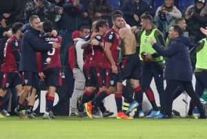 Cagliari-Sampdoria da 1-3 a 4-3 al 96', sardi agganciano Roma in zona Champions