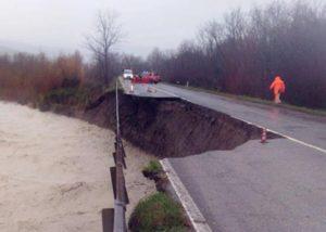 Maltempo, allerta in 11 Regioni. Un morto in Friuli, onde di 7 metri in Liguria, crolla tratto Cassia