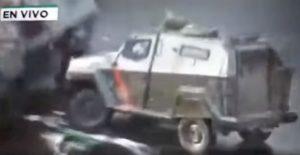 Cile, manifestante schiacciato tra due blindati della polizia VIDEO