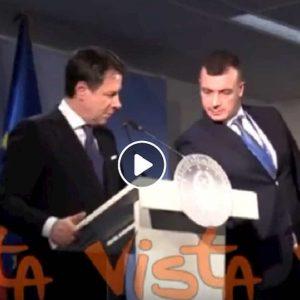 """Giuseppe Conte riprende Rocco Casalino che gli fa vedere le agenzie: """"Le notizie le facciamo qui"""" VIDEO"""