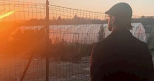 """Fabrizio Corona torna sui social: scoppola, capelli lunghi e barba. E scrive: """"Aspettando il sole"""""""