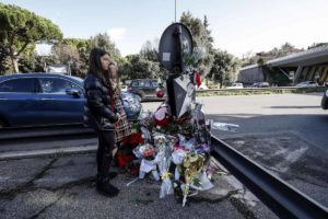 Corso Francia, ottantenne tampona volante della Polizia: stava guardando fiori lasciati per le 16enni investite