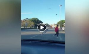 Corso Francia a Roma, ecco il VIDEO del gioco del semaforo rosso: due ragazzi schivati dall'auto in corsa