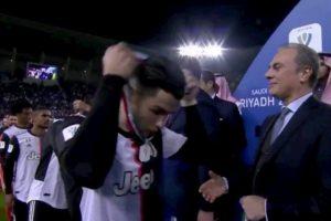 Supercoppa. Cristiano Ronaldo non sa perdere: la medaglia d'argento se la sfila subito...
