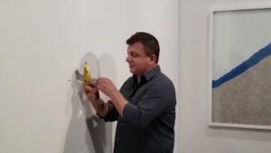David Datuna mangia la banana costosa di Maurizio Cattelan VIDEO