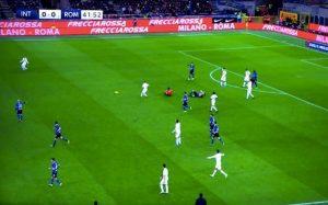 Inter-Roma, De Vrij e l'arbitro Calvarese a  terra dopo uno scontro di gioco involontario