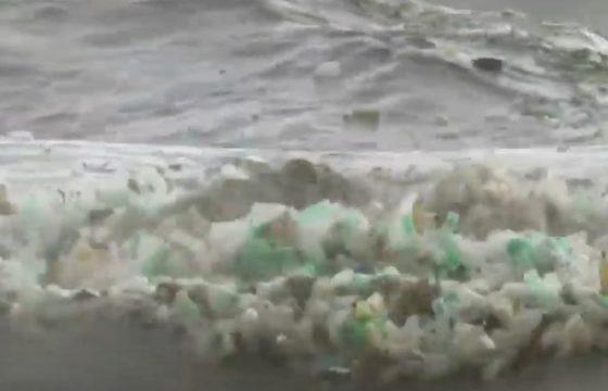 Sudafrica, onde del mare piene di bottigliette di plastica, come fossero schiuma VIDEO