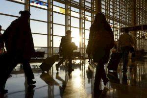 L'Istat: sempre più italiani lasciano il Paese. Per la prima volta diminuiscono i migranti in arrivo