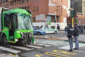 """Milano, l'autista del filobus: """"Stavo firmando la cedola"""". L'ipotesi cellulare resta"""