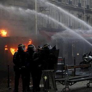 """Pensioni Francia. Il Governo: """"62 anni di età non si tocca"""". Ma i sindacati: """"Sciopero più duro"""""""