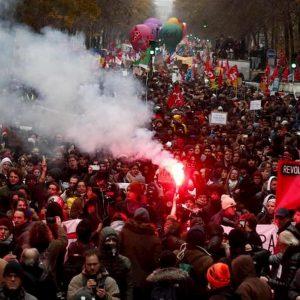 Francia, scontri allo sciopero contro la riforma delle pensioni di Macron: 180mila manifestanti, treni e metro ferme