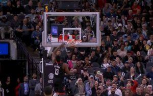 Nba, Harden schiaccia ma la palla entra ed esce: canestro annullato. Spurs-Rockets si rigioca?