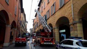 Bologna, incendio in un palazzo nel centro storico: morta una donna