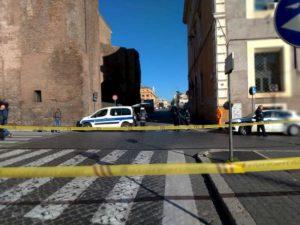 Roma, scooter si scontra con autocarro del servizio giardini: un morto