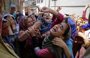 India, stuprata a marzo: oggi le danno fuoco mentre va al processo