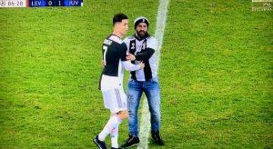 Leverkusen-Juventus, doppia invasione di campo: tutti da Cristiano Ronaldo...