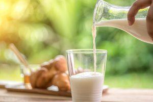 Bere latte intero riduce il rischio di sovrappeso e obesità infantile