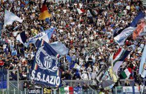 Lazio, i tifosi festeggiano la Supercoppa a Ponte Milvio