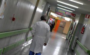 Ospedali: medici in corsia dai 27 ai 70 anni. E più soldi