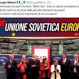 """Gentiloni e i commissari socialisti cantano Bella Ciao al Parlamento Ue. La Meloni: """"Sovietici"""" VIDEO"""