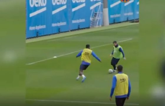Messi, prodezza in allenamento: dribbling, palla nascosta e pallonetto VIDEO