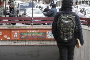 Roma, donna militare suicida nei bagni della metro Flaminio: si è sparata con la pistola d'ordinanza