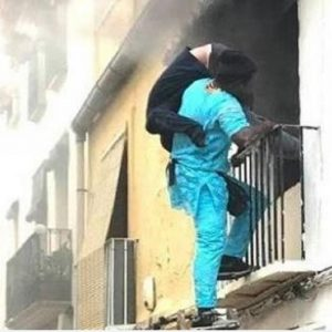 """Spagna, migrante salva disabile da un incendio. """"E' un eroe, dategli il permesso di soggiorno"""""""