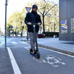 Monopattini elettrici come le bici e non come i motorini: niente maxi multe