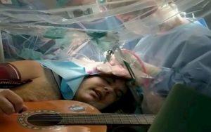 Alan Brunetta suona la chitarra mentre lo operano al cervello. Da sveglio