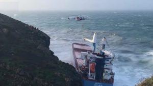 Maltempo, in Sardegna nave cargo si incaglia a Sant'Antioco VIDEO
