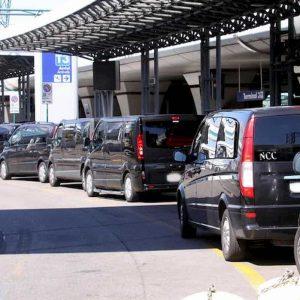 Fiumicino, autista Ncc investe vigile all'aeroporto e scappa: era stato fermato per un controllo