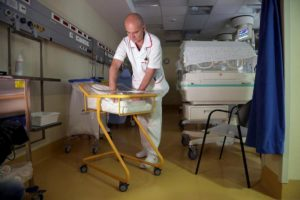 Bologna. Il telefonino non entra nel reparto di neonatologia dell'Ospedale Maggiore
