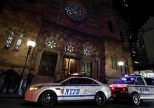 New York, afroamericano entra col machete in casa del rabbino e fa cinque feriti