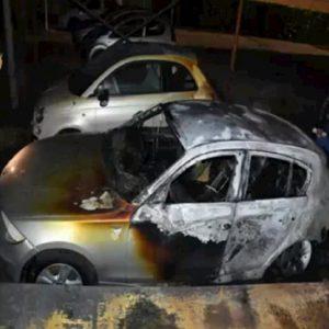 Novara, brucia auto dell'ex datore di lavoro: non gli aveva rinnovato il contratto VIDEO