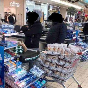 Nutella Biscuits, ecco i bagarini in una foto del Signor Distruggere: spacciano sogni a tossici dello zucchero (e del marketing)