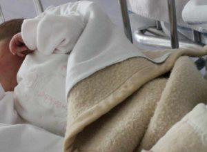 Padova, morto il bambino di 5 mesi scosso in culla dalla madre. Medici staccano la spina